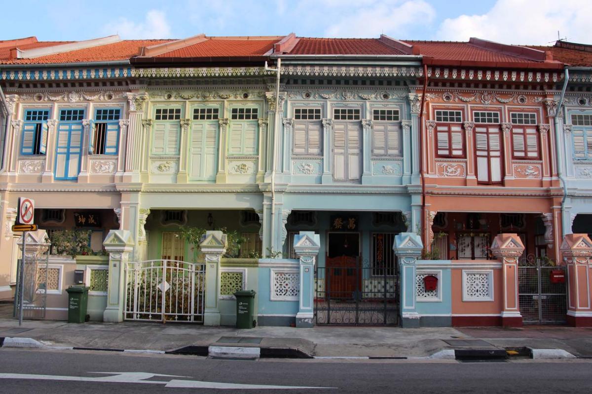 Parfois au pied des gratte-ciels, des petites maisons colorées