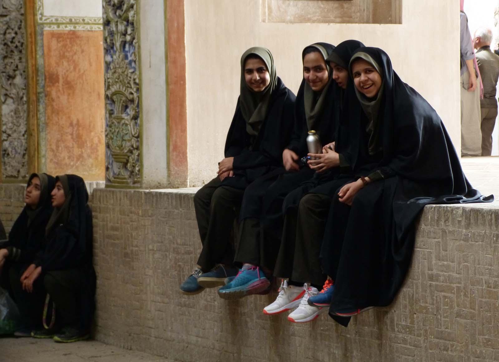 Jeunes filles en tchador